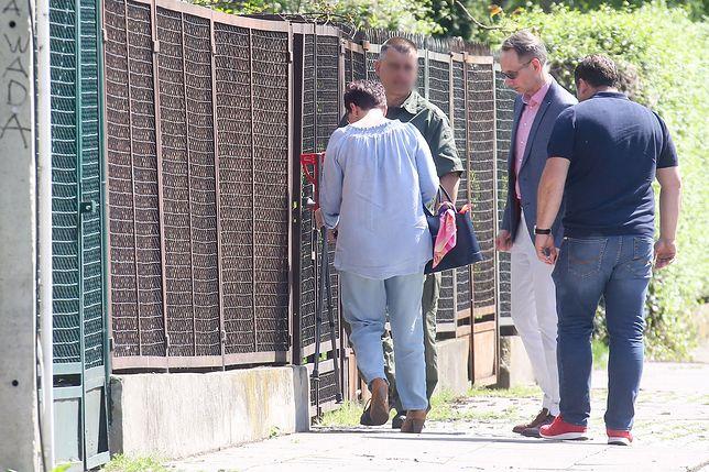 Gen. prof. Grzegorz Gielerak (w okularach) przywozi kule do domu Jarosława Kaczyńskiego