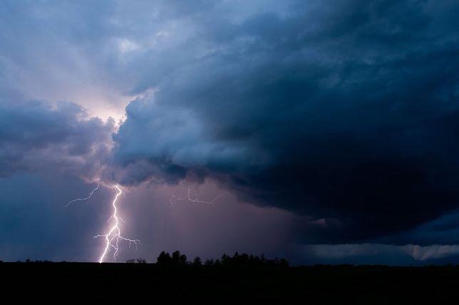 Pogoda – Alert RCB dla 12 województw. Wysłano SMS-y z ostrzeżeniem przed burzą