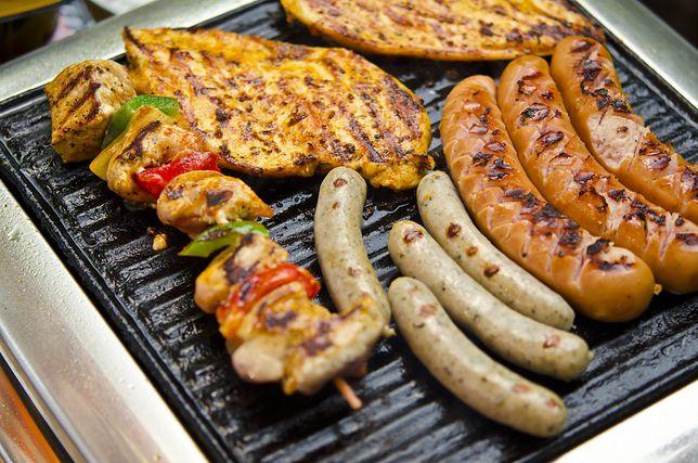 Smakowite potrawy z grilla możesz przyrządzić nawet w środku zimy.