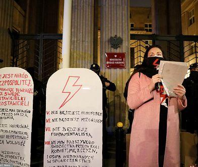 """Strajk Kobiet. Protest przed Ministerstwem Edukacji. Przynieśli """"tablice wstydu i hańby"""""""