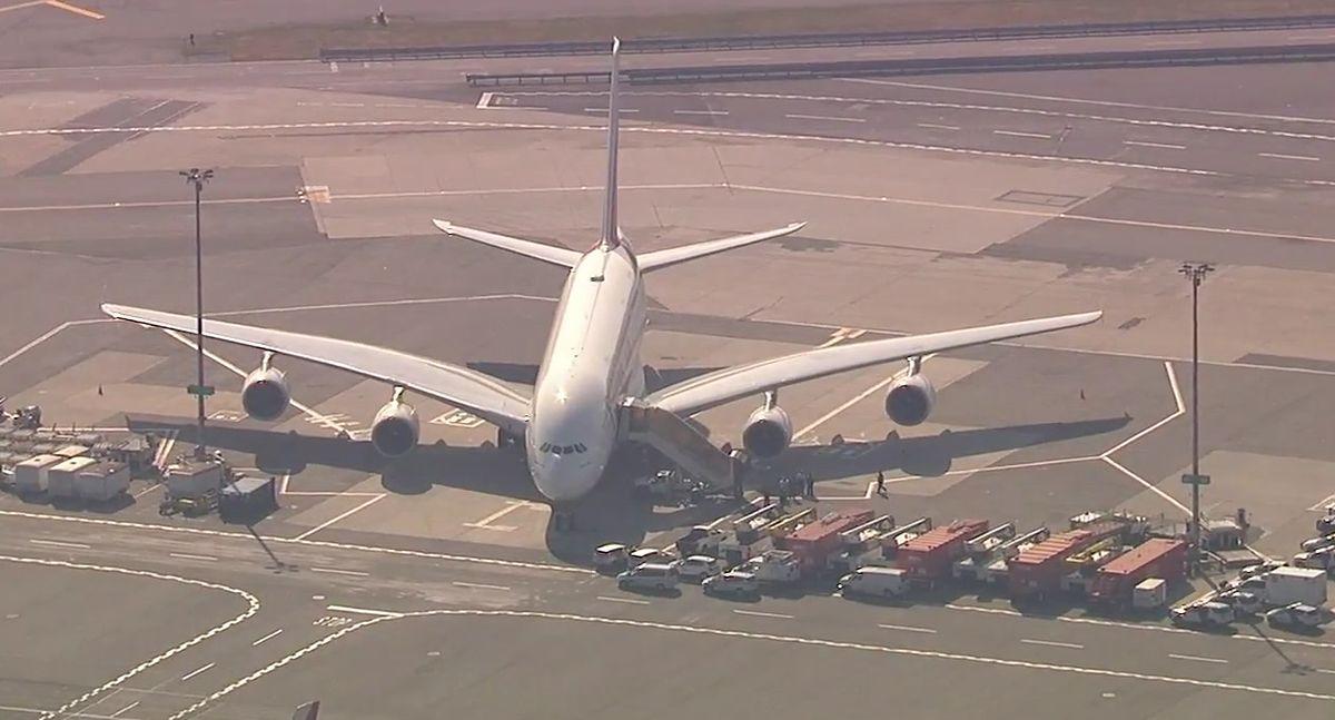 Samolot objęty kwarantanną. Ponad 100 pasażerów poczuło się źle