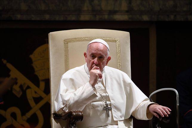 """Matteo Salvini parodiuje papieża Franciszka. """"Szarpany przez fankę"""""""