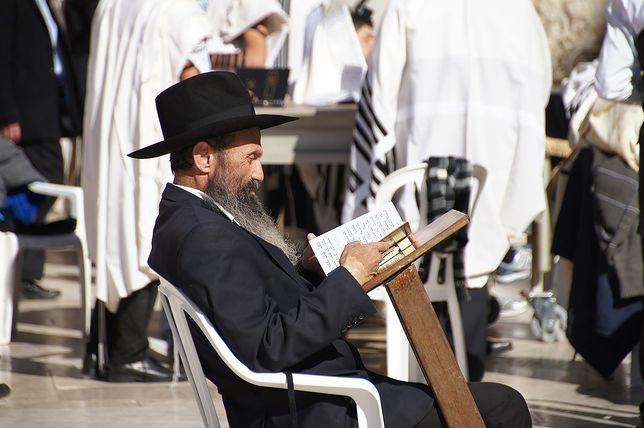 Żyd w trakcie modlitwy