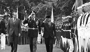 Od lewej: prezydent USA Richard Nixon, pułkownik Robert M. Daugherty i prezydent Indonezji Hadżi Muhammad Suharto przed gwardią honorową podczas powitania prezydenta Indonezji w Białym Domu. 26 maja 1970 r.