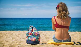 Torba plażowa w kwiaty to modny dodatek w stylu hippie