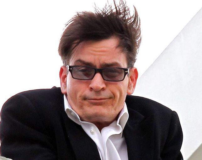 Charlie Sheen płaci alimenty dwóm byłym żonom