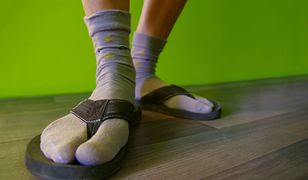 Klapki z nerką mogą rozwiązać odwieczny wakacyjny problem z przechowywaniem drobiazgów
