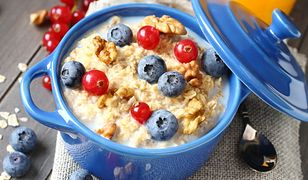 Podstawowym daniem diety owsiankowej są płatki owsiane na niskotłuszczowym mleku z dodatkiem sezonowych owoców.