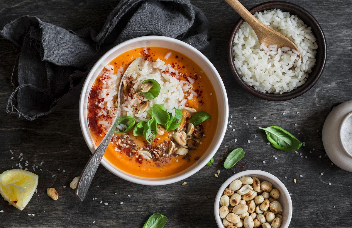 Pomysły na marchewkę. Aromatyczne zupy, surówki i słodkie ciasta