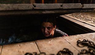 """""""W lesie dziś nie zaśnie nikt"""". Zwiastun horroru z Julią Wieniawą już w sieci"""
