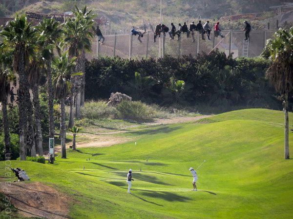 Niezwykłe zdjęcie ze szturmu nielegalnych imigrantów na Melillę