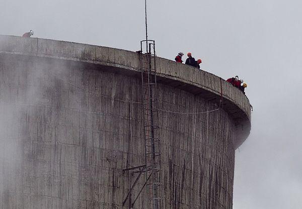 Dwunastu aktywistów Greenpeace weszło na 100-metrową chłodnię kominową Elektrowni Turów w Bogatyni