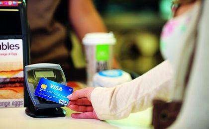 Parlament Europejski pracuje nad obniżeniem opłat za transakcje kartą. Mają spaść poniżej 0,5 proc.