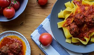 Klopsiki w sosie pomidorowym z makaronem. Posmakuje nawet niejadkom