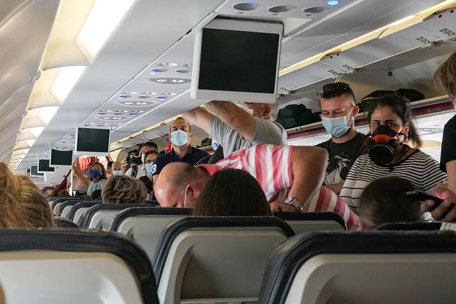 Pasażerowie muszą zasłaniać usta i nos w samolocie