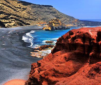 Plaże Lanzarote uzupełniają księżycowy krajobraz hiszpańskiej wyspy na Oceanie Atlantyckim