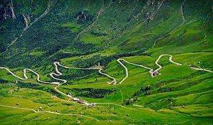 Widok na drogę wijącą się u podnóża górskiego zbocza w regionie Veneto