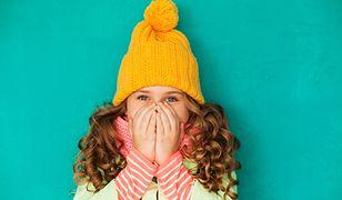 Gruba czapka ochroni głowę dziecka przed silnymi powiewami wiatru