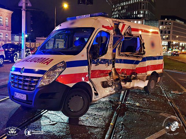 Tak wyglądał ambulans prywatnej firmy przewozowej po zderzeniu z tramwajem