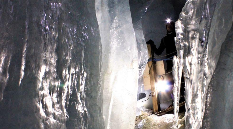 We wnętrzu Lodowego Pałacu pod lodowcem Hintertux znajdują się zachwycające lodowe formy i korytarze