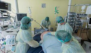 Lekarze na oddziale intensywnej opieki szpitala w Bonn (dpa)