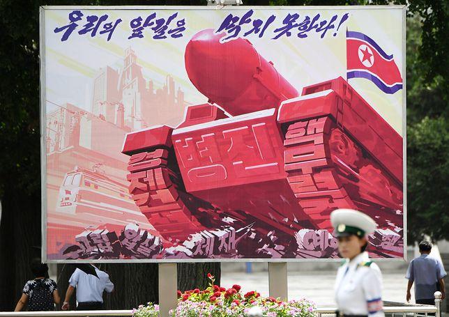 Plakat propagandowy w Pjongjangu, stolicy Korei Północnej