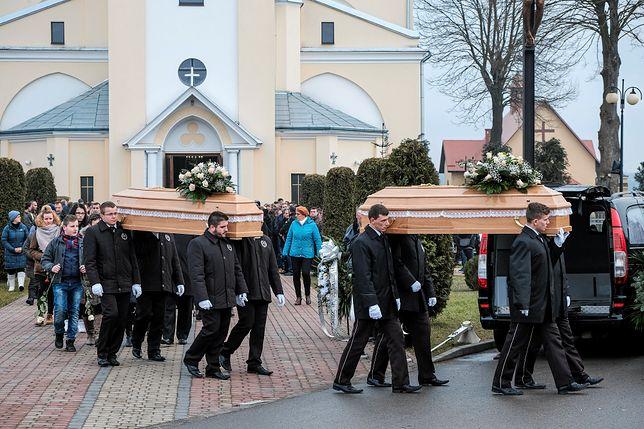 Emocjonalny pogrzeb nastolatek z Tryńczy.  Ludzie mdleli w czasie ceremonii