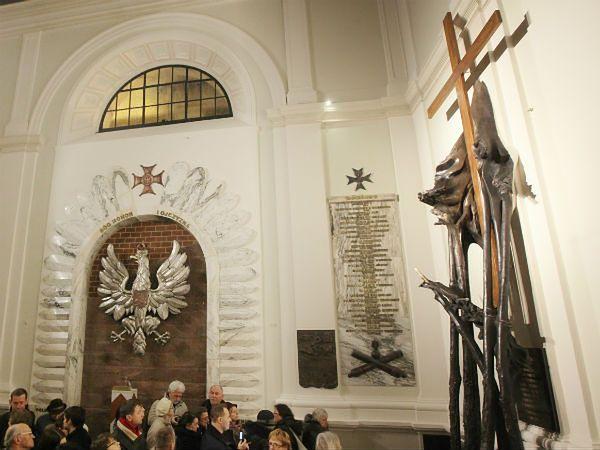 W kościele św. Anny w Warszawie poświęcono pomnik ofiar katastrofy smoleńskiej