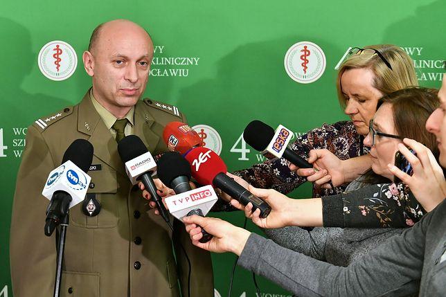 Koronawirus z Chin. Ewakuowani Polacy zgodzili się na kwarantannę we Wrocławiu. Na zdj. komendant szpitala płk dr Wojciech Tański