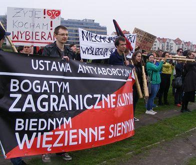 Protest przeciwko zakazowi aborcji w tle procesji z okazji 1050-lecia Chrztu Polski