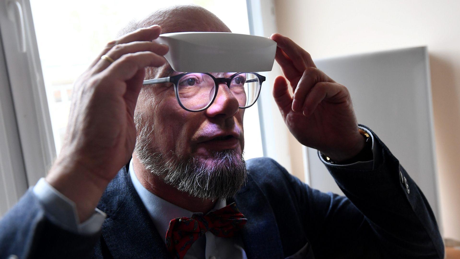 Prof. Łukasz Święcicki prezentuje przyłbicę do fototerapii