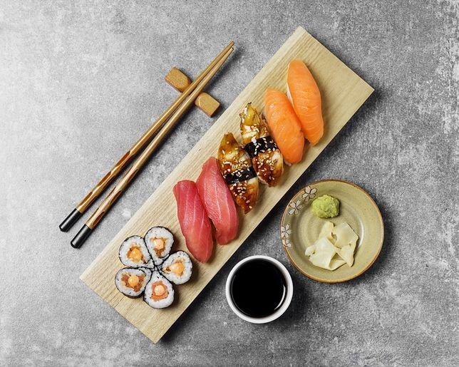 Niekoniecznie musisz jeść sushi pałeczkami—dopuszczalną formą jest także wkładanie do ust kawałków sushi przy pomocy palców
