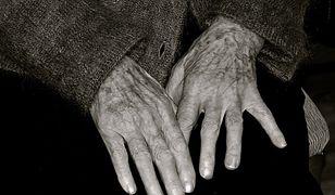 Klient poskarżył się na bezdomną staruszkę. Została wyproszona. Internauci pomogą kobiecie