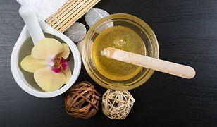 Depilacja woskiem kosmetycznym jest uznawana za jeden z najskuteczniejszych sposobów na pozbycie się niechcianego owłosienia.