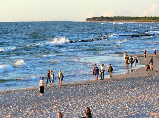 Podczas zakazu kąpieli na plażach nie brakuje turystów