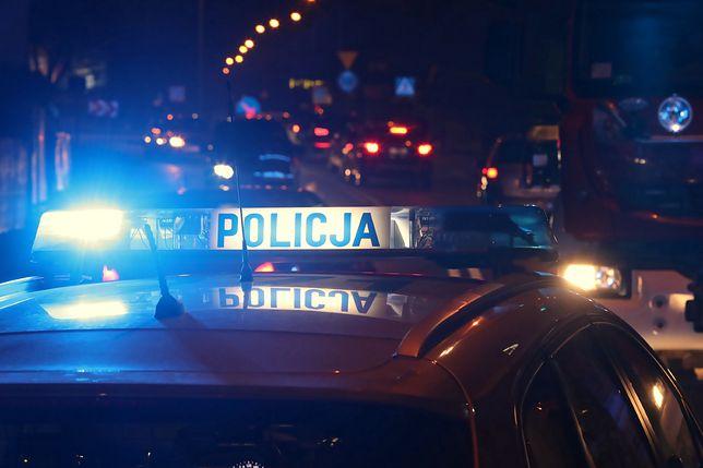 Warszawa. Akcja służb w Wilanowie. 20-latek znaleziony ranny na klatce schodowej