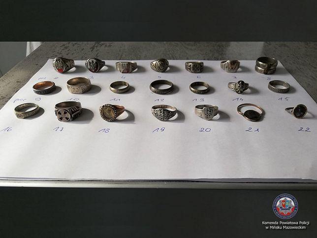Policjanci zabezpieczyli odznaki wojenne i biżuterię