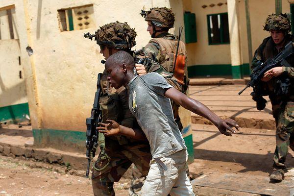 Francuski żołnierz złapał szabrownika, który niszczył meczet w Bangi