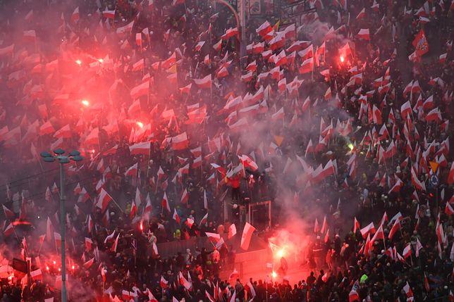 Uczestnicy Marszu Niepodległości na rondzie Dmowskiego w Warszawie