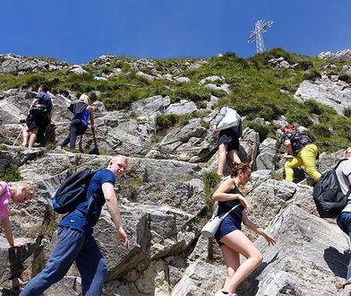 Giewont. Turyści lekceważą zakaz i wchodzą na szczyt. Chcą zobaczyć jeden z symboli Tatr