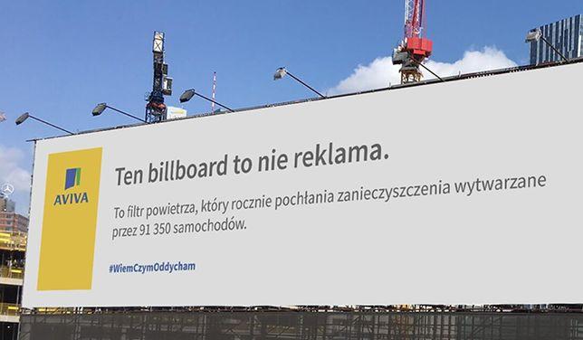 """""""To nie jest zwykła reklama"""". W Warszawie stanął billboard, który czyści powietrze"""