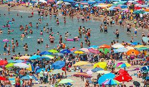 """- Zachowanie na plażach dwumetrowego odstępu pomiędzy ręcznikami plażowiczów jest zwyczajną fikcją - powiedział w rozmowie z """"El Mundo"""", Emilio Gallego, szef stowarzyszenia HE."""