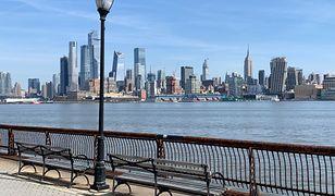 Puste miejsce na ławce z widokiem na Manhattan to rzadkość w Nowym Jorku