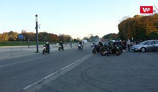 Motocykliści pod Stadionem Narodowym. Niebezpieczne zachowania na publicznych drogach