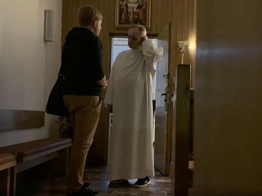 """Katolicka dziennikarka rozpoznała księdza pedofila z dokumentu """"Zabawa w chowanego"""""""