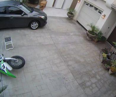 Nieudany załadunek motocykla. Pechowiec nagrał swój popis własną kamerą