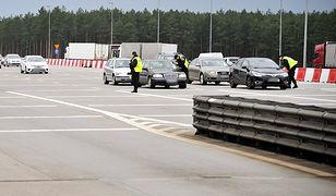 Właściwy odstęp najłatwiej regulować zasadą trzech sekund. Należy jechać w takiej odległości, żeby znaleźć się w miejscu, które mija auto przed nami nie wcześniej niż trzy sekundy po nim