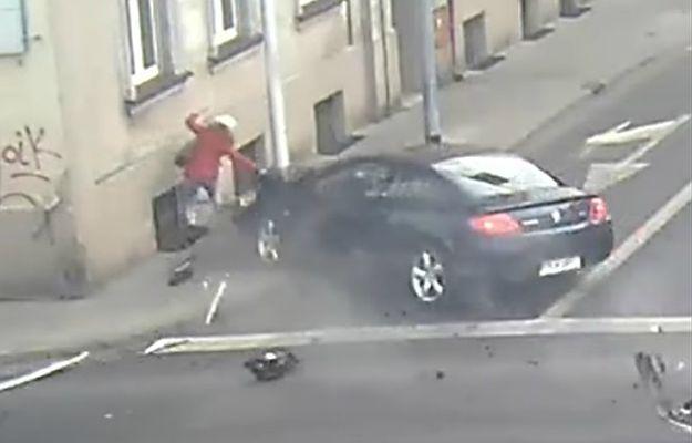 Chwile grozy w Kaliszu. Samochód jechał wprost na kobietę, zatrzymał się na latarni