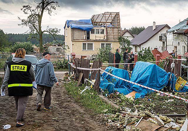 Wiatr łamał drzewa i niszczył setki budynków - zdjęcia