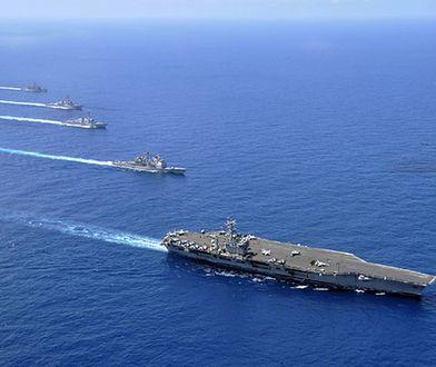 USS Nimitz z towarzyszącymi mu okrętami - zdjęcie z 2010 roku